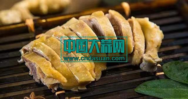 """南京盐水鸭(南京盐水鸭工艺特点是""""炒盐腌,清卤复,晾得干,焐得足"""",形成了其""""皮白肉红骨头绿""""的品质特色,鸭成品外形饱满、体表光洁;皮薄油润;具有鲜、香、嫩、滑、爽的特点。)"""
